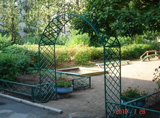 Арка из металла в саду
